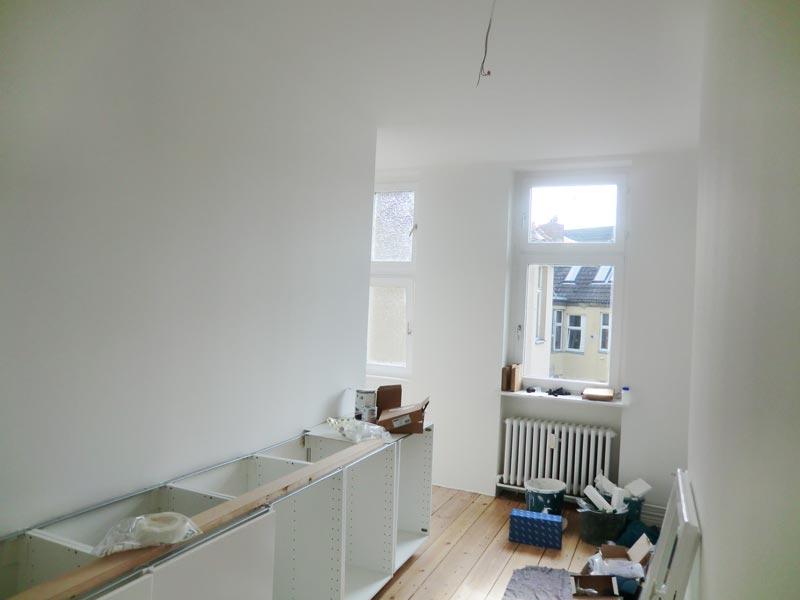 Altbauwohnung Wohnzimmer: Sofagarnitur mit weissen hussen ...